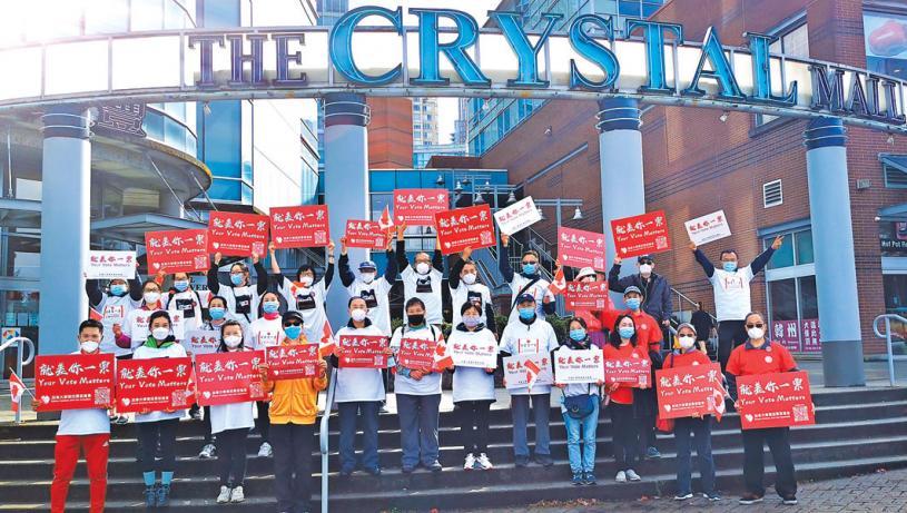 ■街头促票义工在本拿比丽晶广场合影。 受访者提供