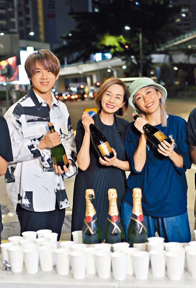 《阿媽有咗第二個》日前煞科,姜濤、毛姐和彭導演齊開香檳慶祝。