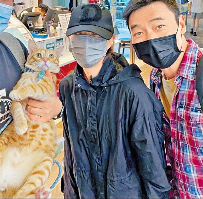 Sammi安仔行街遇到途人抱着貓貓,也忍不住上前逗玩。