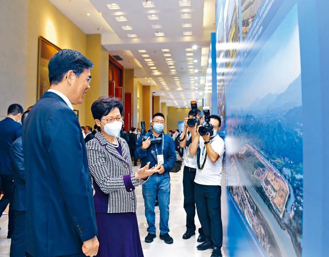 特首林郑月娥(左二)与贵州省省长李炳军(左一)参观有关会议的图片展。