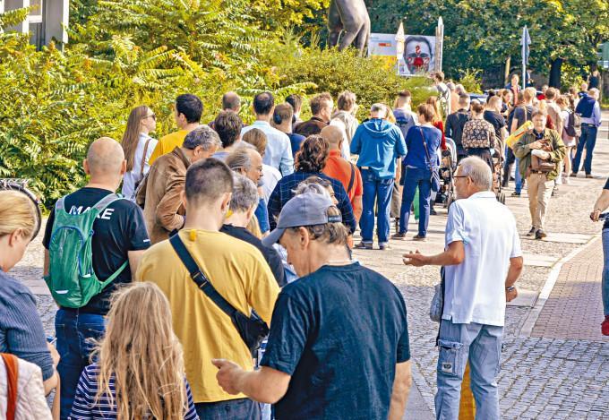德國選民周日在柏林一個票站外排隊投票。