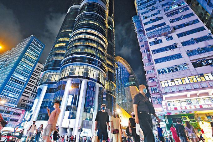 """邻近朗豪坊的旺角街市将成为一个供市民及游客汇聚的新景点,透过在一个特色市集大堂内整合周边的小贩摊档,重现""""街""""的氛围,并加入餐饮和零售,构成一个休闲和社区地标,体现地区文化和特色。"""