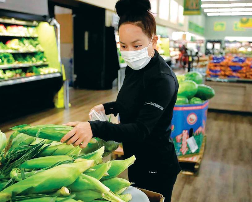 圖為去年7月,一名Instacart代購員在採購農產品為客戶送貨上門。加通社資料圖片
