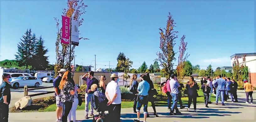 ■趙小姐稱,蘭里規劃天車站帶動附近的樓花預售,當日許多人排隊參觀。受訪者提供
