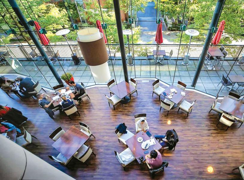 ■疫情下卑詩的餐館要遵守防疫要求,包括不同座的顧客需保持社交距離。 加新社資料圖片