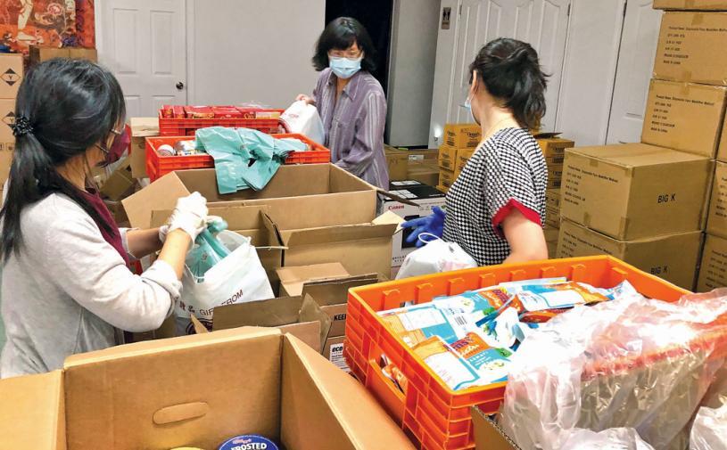■義工正包裝食品籃。受訪者提供