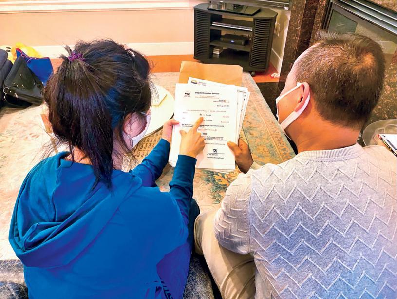 ■梁先生与太太研究租务调解处文件。