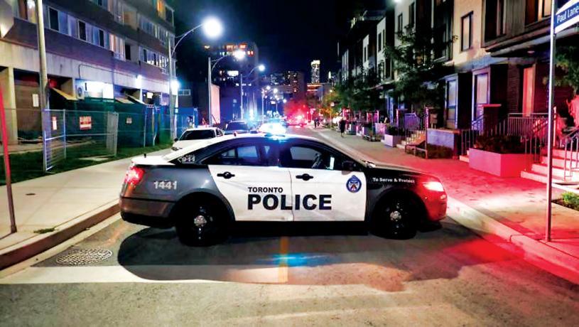 ■多倫多市中心華埠星期日晚發生槍擊事件,圖為警方在現場展開調查。CP24