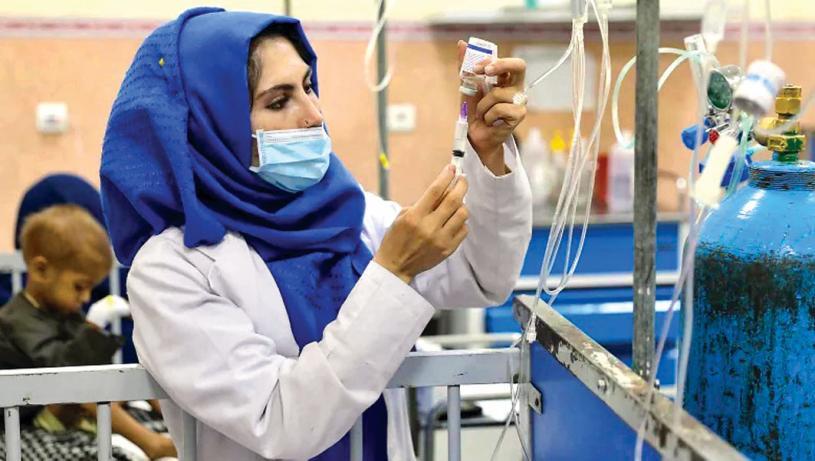 ■圖為今年10月6 日,一名醫護人員在阿富汗喀布爾一家兒童醫院的兒童營養不良病房準備藥物注射。CBC