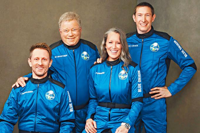 男星威廉沙納(左二)與一同升空的「藍色起源」乘客合照 。