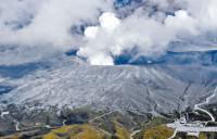 阿苏火山爆发 飘落火山灰可致哮喘