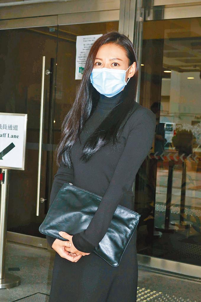 江若琳昨日獨自上庭。