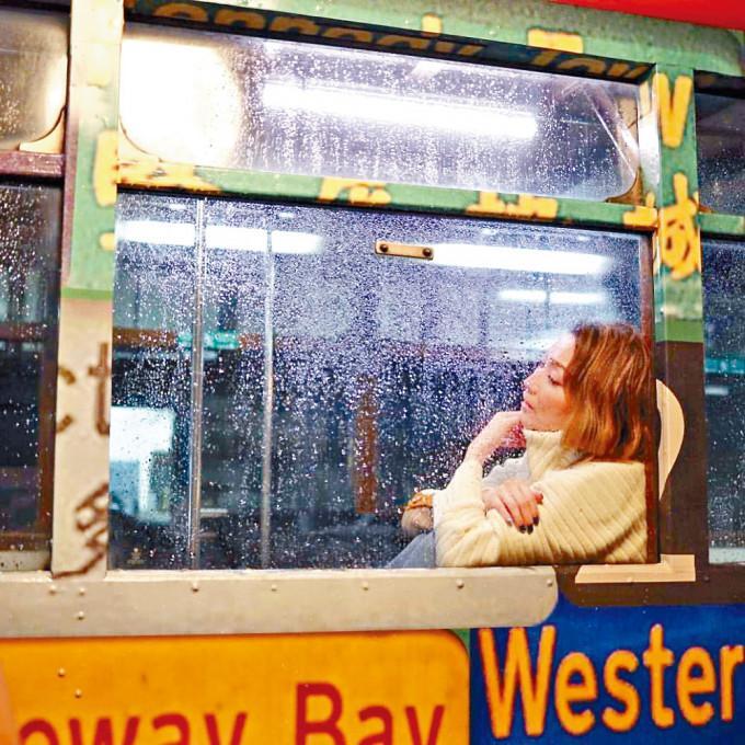 雖然黑雨,但Sammi在電車內還是相對的安全。