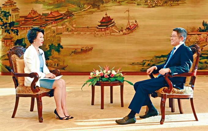 樂玉成(右)接受電視台訪問。