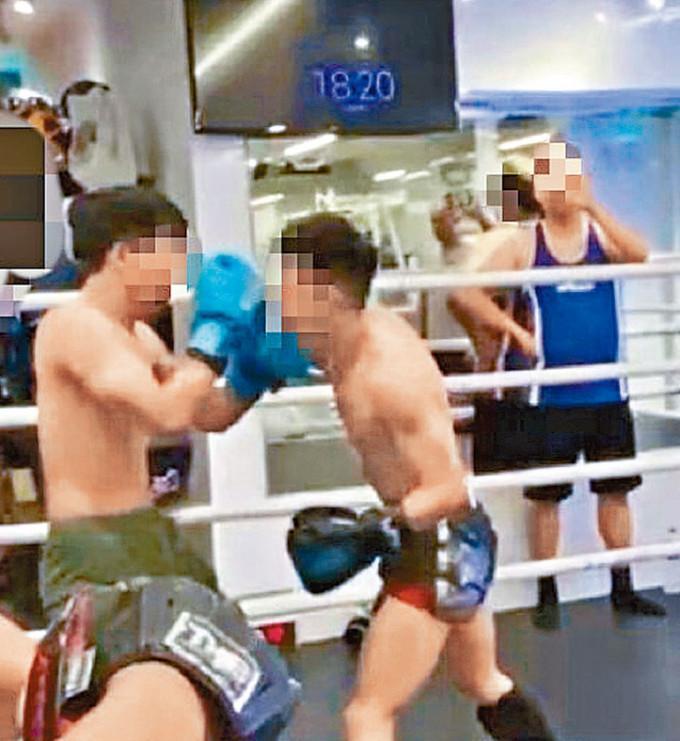 兩名拳手進行友誼賽期間,俱無戴上頭套。