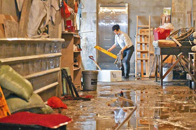 鯉魚門水浸,居民忙於清理水迹。