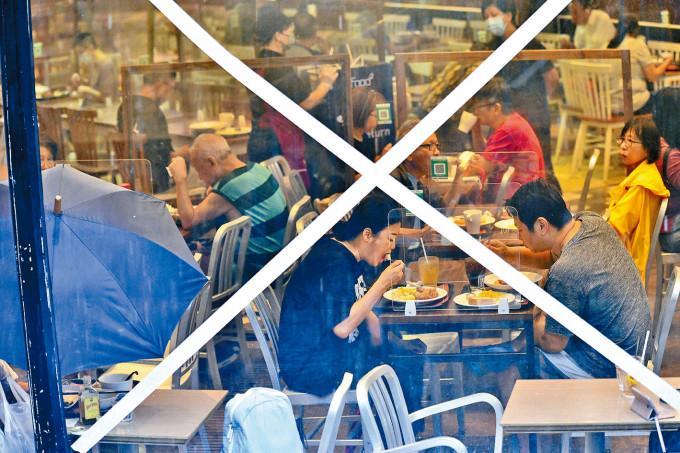 德福廣場的快餐店風球下食客滿場。