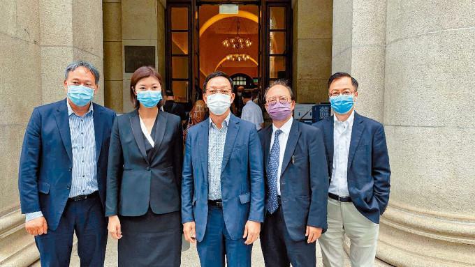 鄉議局主席劉業強(中)及立法會議員容海恩(左二)出席旁聽。