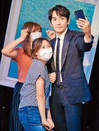 进驻香港蜡像馆 朱一龙分身与粉丝玩自拍