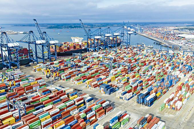 英國費利克斯托港周三可見擺滿貨櫃集裝箱。