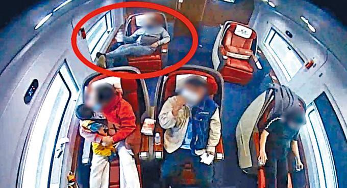 男子在列車「頭等艙」內佔座。