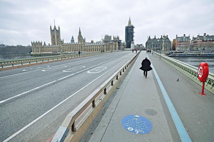 英格蘭今年三月第三度封城,期間通往國會的倫敦西敏橋行人稀少。