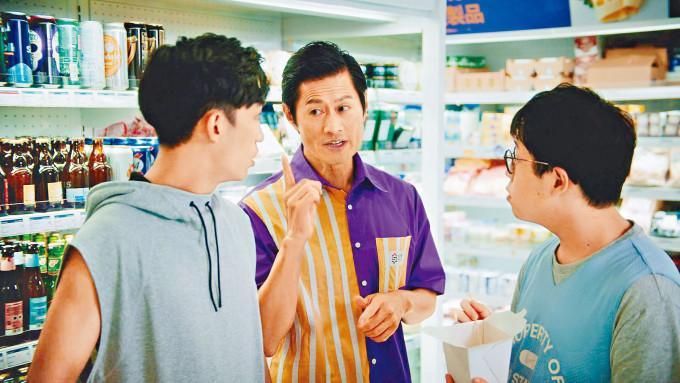 黃德斌在短片中化身便利店店員。