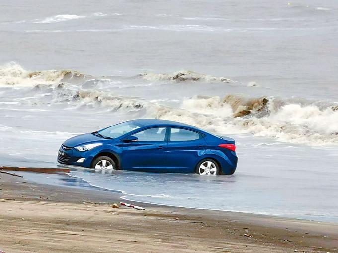私家車輪胎陷入沙粒,動彈不得。
