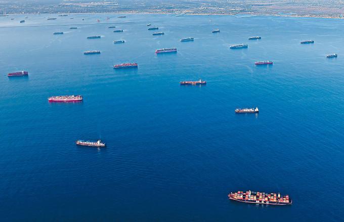 洛杉磯對開水域上月已可見大批船舶停泊,等候進入洛杉磯港和長灘港卸貨。