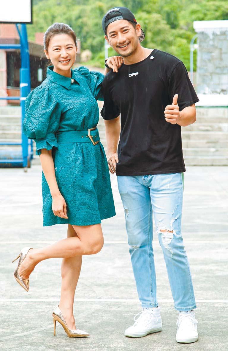 連靜雯(左)與周孝安出席主演新片《一起一起》的開 鏡儀式。 網上圖片