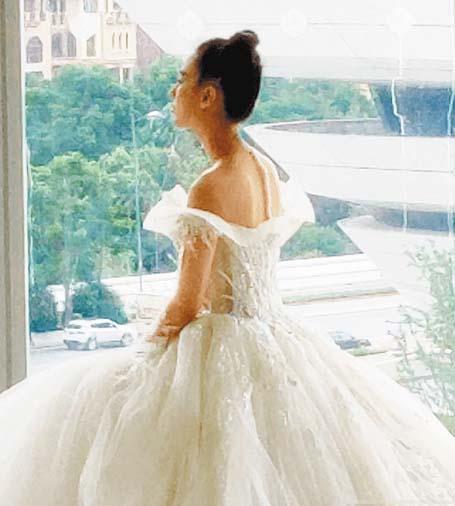 黃聖依身穿一襲拖地 白紗裙,看起來像是婚 紗。 網上圖片