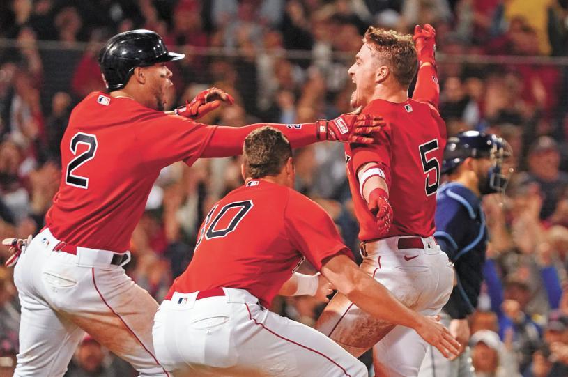 以高飛犧牲打拿下超前分後,紅襪球員進行慶祝。路透社