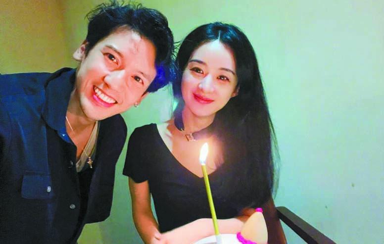 ■關志斌為趙麗穎慶祝生日(上圖),下圖為兩人重 現《飛魚傳奇》的嘟嘴表情。 網上圖片