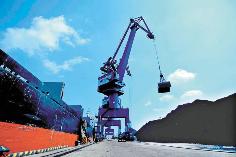 去年11月以來,中國停止進口澳洲煤。圖為大連港進行煤炭卸運。中央社資料圖片